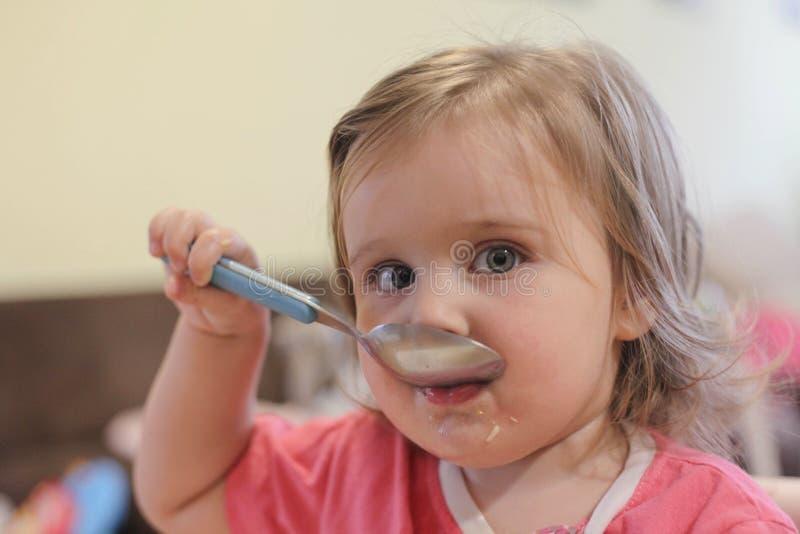 Portret van baby het eten stock afbeeldingen