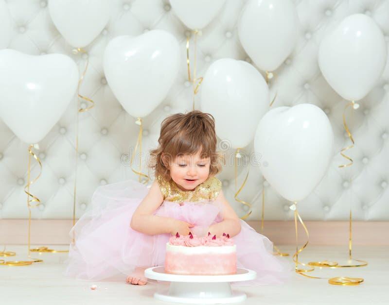 Portret van babymeisje met cake op haar verjaardag royalty-vrije stock afbeelding