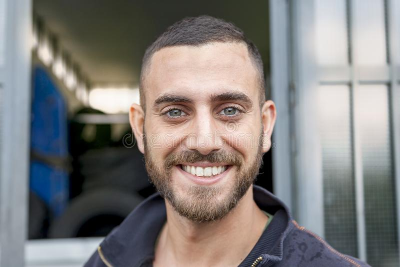 Portret van bandhersteller voor zijn workshop stock fotografie