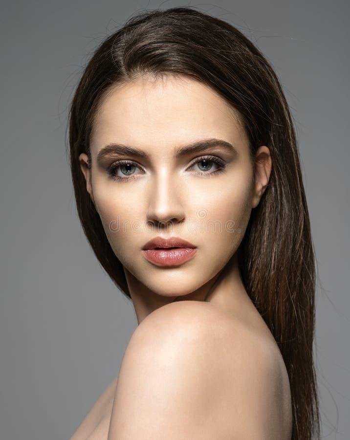 Portret van beautifu donkerbruine vrouw met schoon gezicht royalty-vrije stock afbeelding