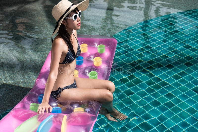 Portret van beautifuvrouw het ontspannen in bikini en grote hoed in swi royalty-vrije stock afbeeldingen