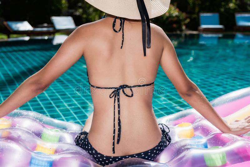 Portret van beautifuvrouw het ontspannen in bikini en grote hoed in swi stock foto