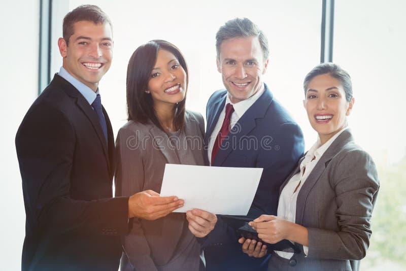 Portret van bedrijfsmensen die zich verenigen stock afbeelding