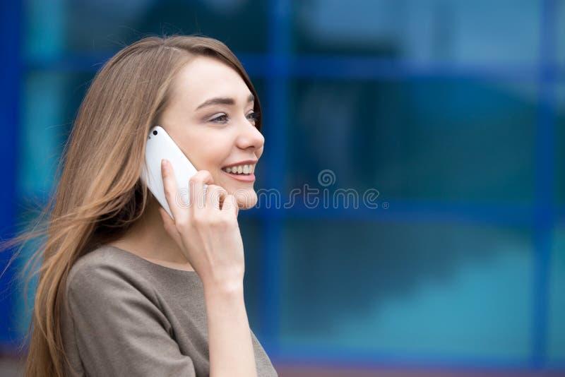 Portret van bedrijfsvrouw die mobiele telefoon met behulp van De ruimte van het exemplaar stock foto's