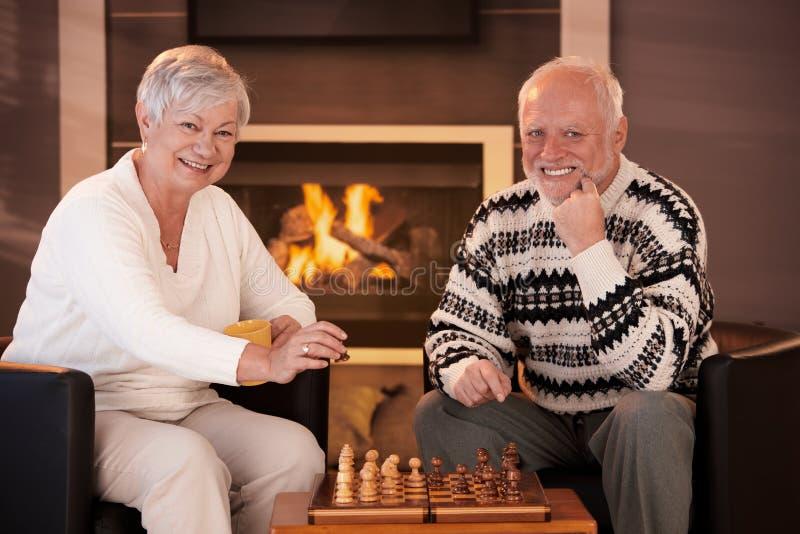 Portret van bejaard paar het spelen schaak royalty-vrije stock foto