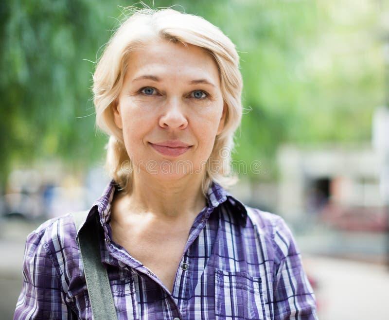 Portret van bejaarde blondevrouw royalty-vrije stock foto's