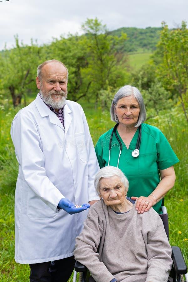 Portret van bejaarde met zwakzinnigheidsziekte royalty-vrije stock fotografie