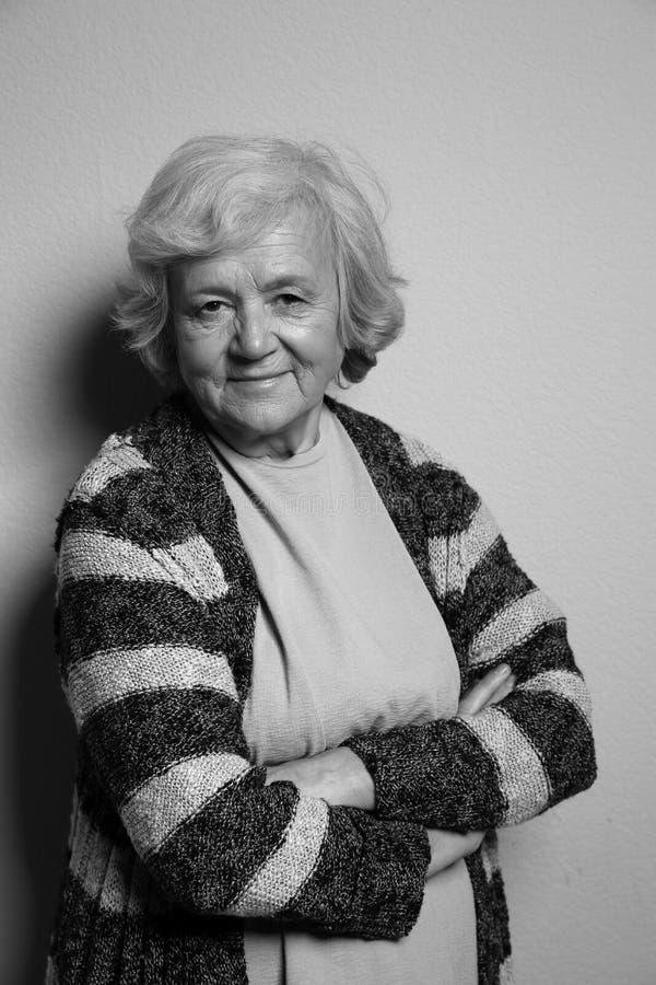Portret van bejaarde op grijs Zwart-wit effect royalty-vrije stock foto