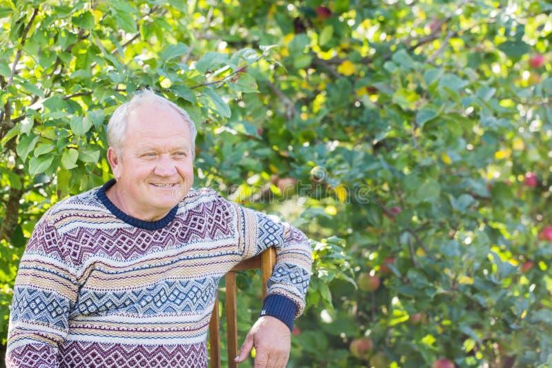 Portret van bejaarde in tuin royalty-vrije stock afbeeldingen