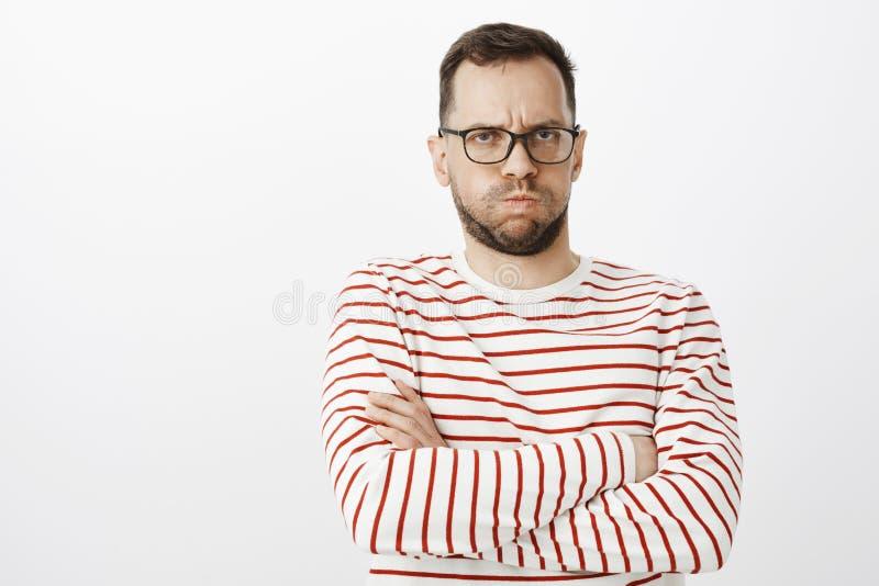 Portret van beledigde sombere vrolijke vriend, pruilen en fronsen, die handen op borst kruisen terwijl boos het zijn op minnaar royalty-vrije stock fotografie