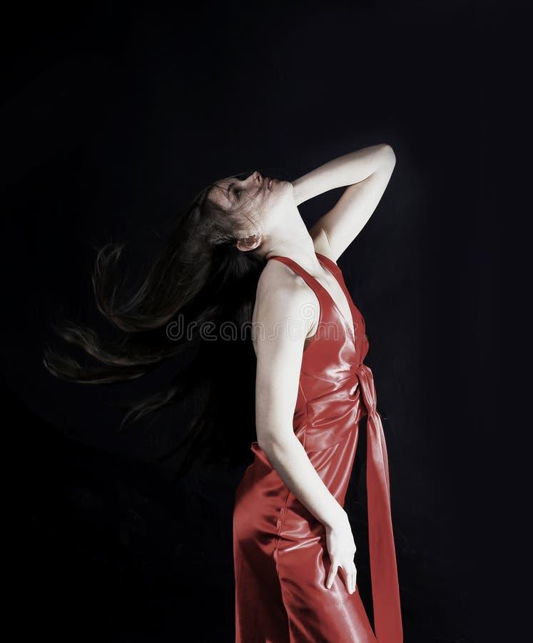 Portret van betoverende jonge vrouw in een rode kleding royalty-vrije stock foto's