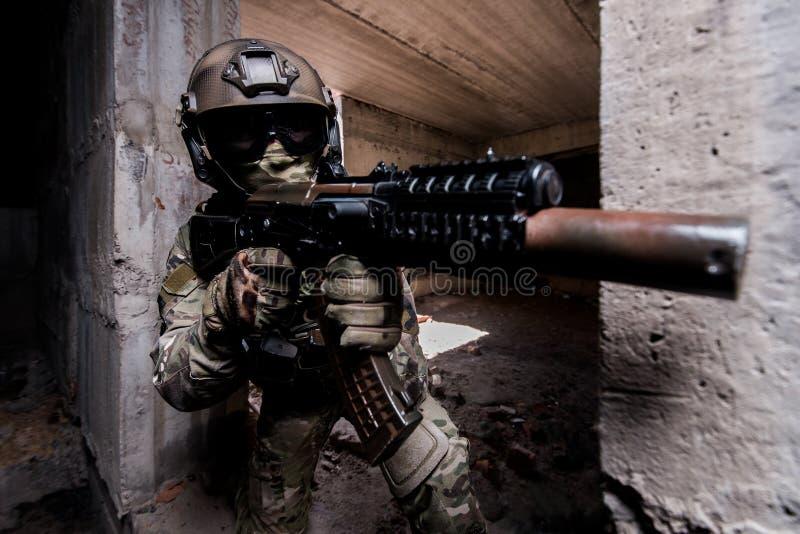 Portret van bewapende militair tijdens de militaire operatie in een bui royalty-vrije stock foto