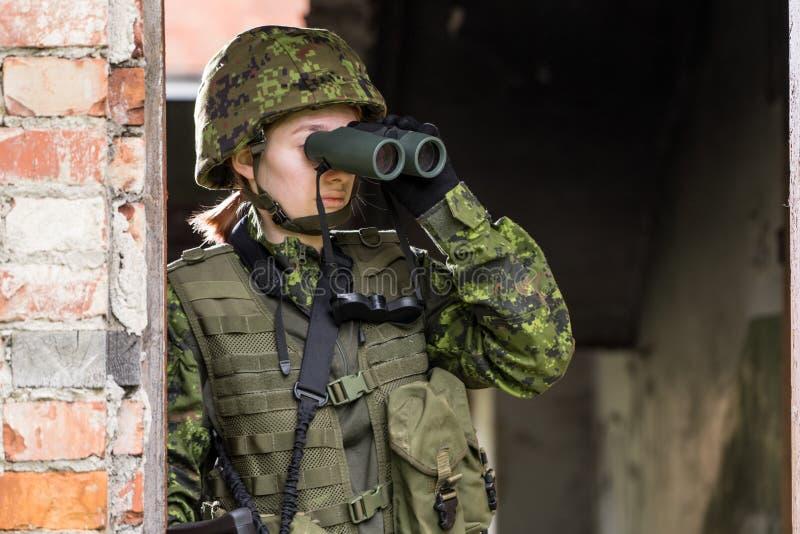 Portret van bewapende vrouw met camouflage royalty-vrije stock fotografie