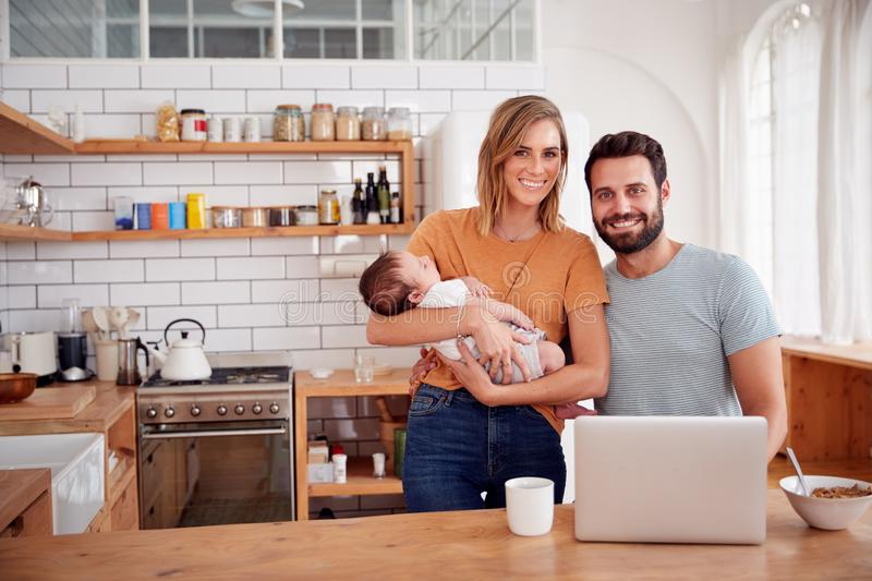 Portret van Bezige Familie in Keuken bij Ontbijt met de Zoon van Vadercaring for baby royalty-vrije stock afbeelding