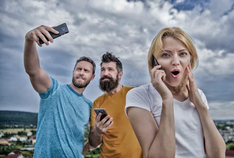 Portret van bezige mensen die op de mobiele telefoon spreken Vriendengro stock afbeelding