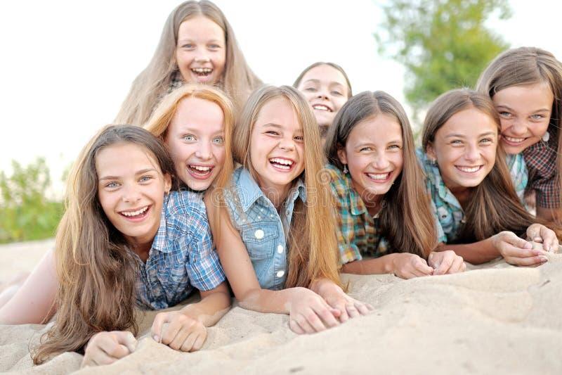 Portret van blije mooie meisjes stock afbeeldingen