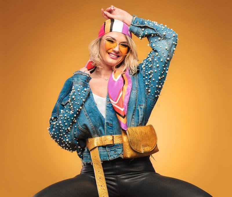 Portret van blije vrouw met kleurrijke kleren en taillezak stock foto's