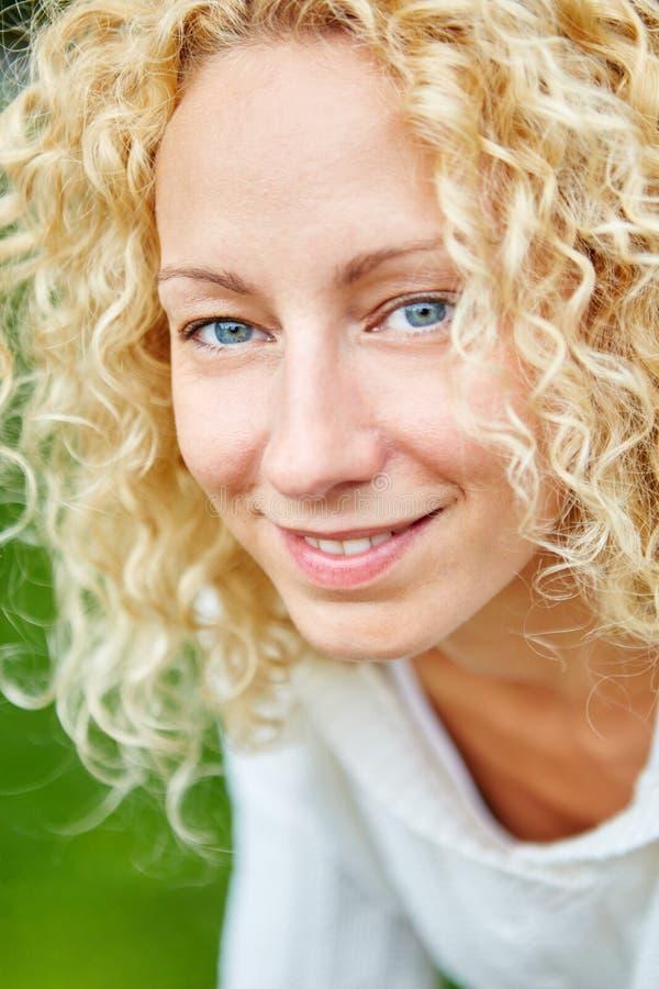 Portret van blonde jonge vrouw stock afbeelding