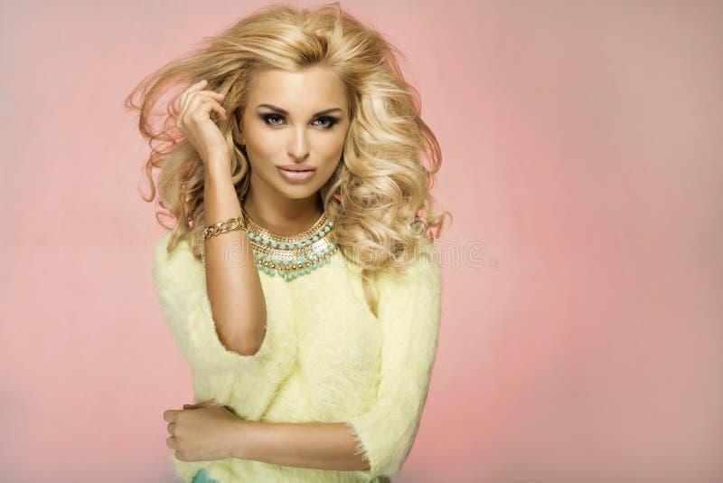 Portret van blonde sensuele vrouw royalty-vrije stock fotografie
