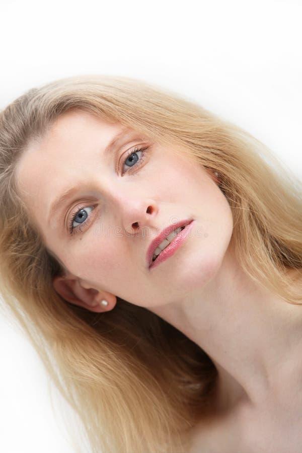 Portret van blonde vrouw met blauwe ogen royalty-vrije stock fotografie