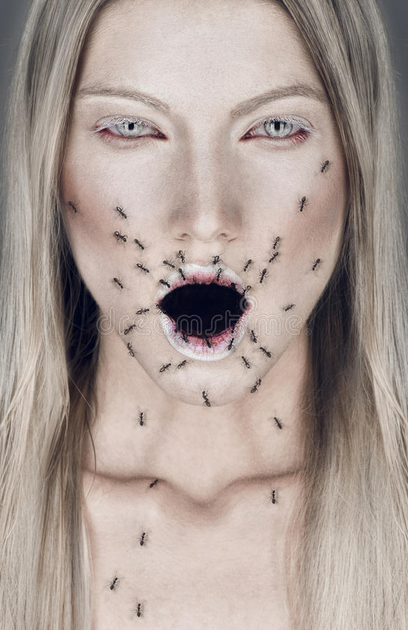 Portret van blonde vrouw met open mond en mieren stock foto's