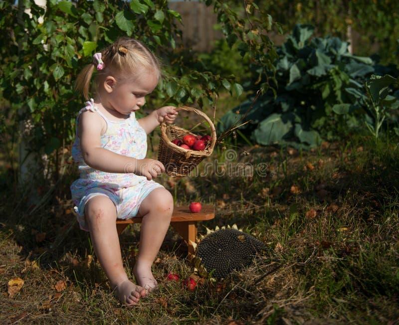 Portret van blondemeisje met rode appelen stock afbeelding