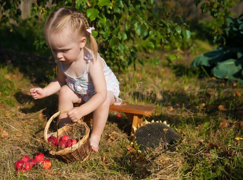 Portret van blondemeisje met rode appelen royalty-vrije stock fotografie