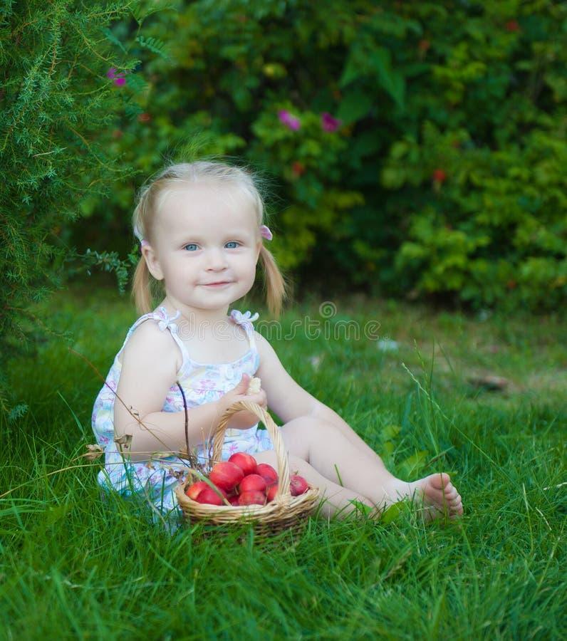 Portret van blondemeisje met rode appelen royalty-vrije stock afbeeldingen