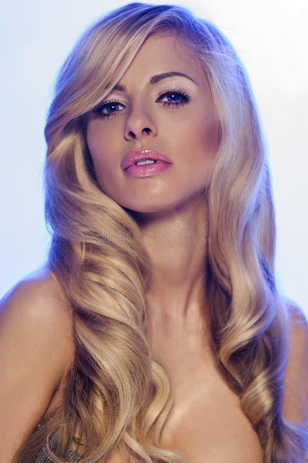 Portret van blondevrouw met lang haar. stock fotografie