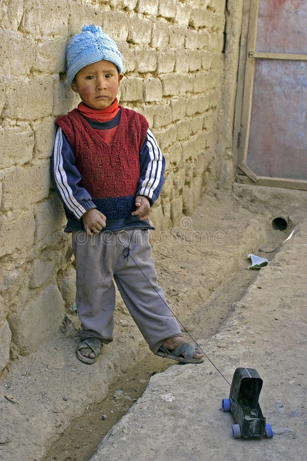 Portret van Boliviaanse jongen met zijn stuk speelgoed auto royalty-vrije stock afbeeldingen