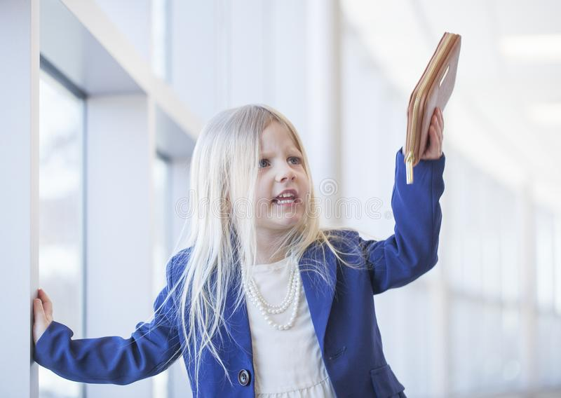 Portret van boos bazig meisje in de kleding van de bureaustijl het schreeuwen royalty-vrije stock foto's