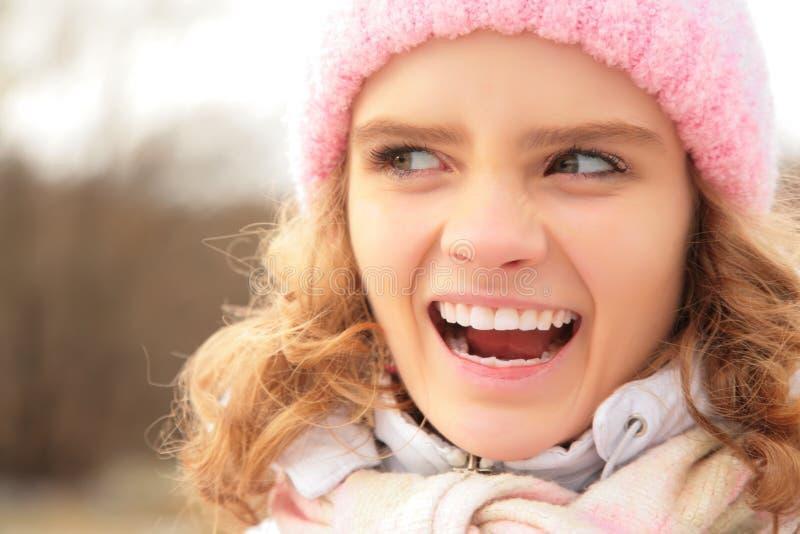 Portret van boos jong meisje in de winter royalty-vrije stock afbeelding