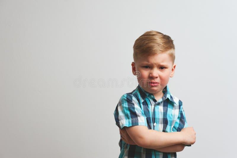 Portret van boos schreeuwend kind die camera bekijken stock afbeelding