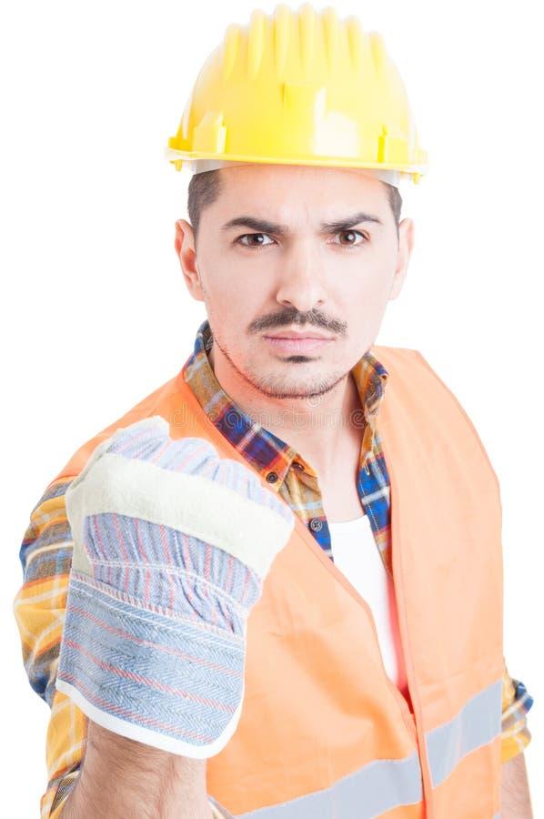 Portret van boze aannemer of ingenieur die zijn vuist tonen royalty-vrije stock afbeelding