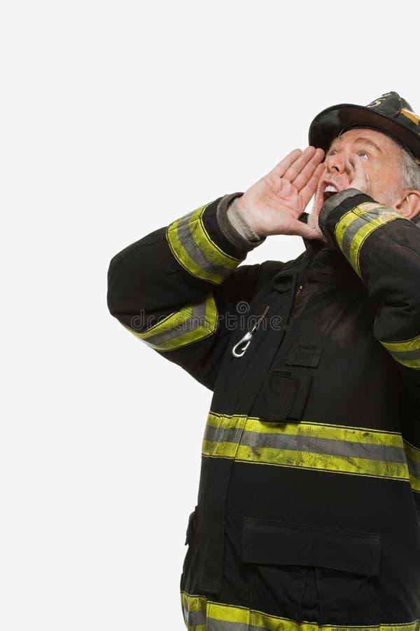 Portret van brandbestrijder het schreeuwen stock foto