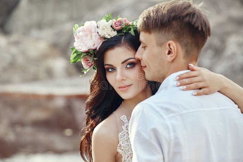 Portret van bruid en bruidegom dichte omhooggaand Het houden van het geven teder c stock foto