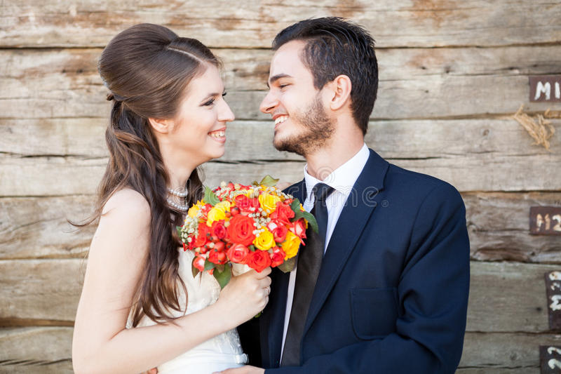 Portret van bruid en bruidegom in huwelijksfoto stock afbeeldingen