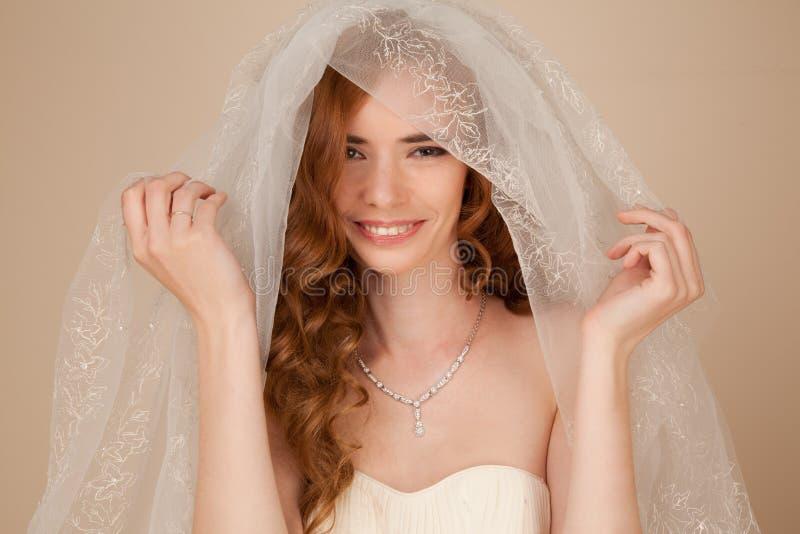 Portret van bruid met krullend kapsel en mooie make-up stock fotografie