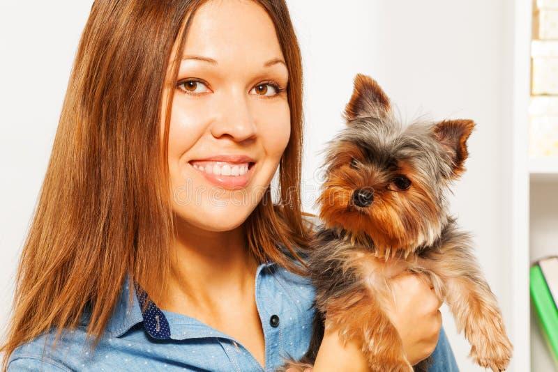 Portret van bruin Yorkshire Terrier en vrouw stock fotografie