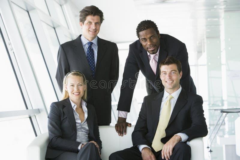 Portret van businesspeople vier in bureau royalty-vrije stock afbeelding