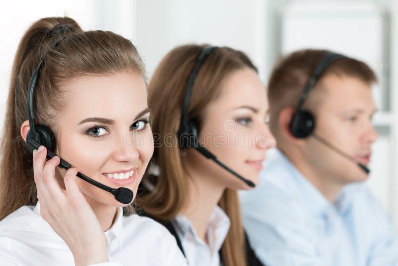 Portret van call centrearbeider door haar team wordt begeleid dat stock afbeelding