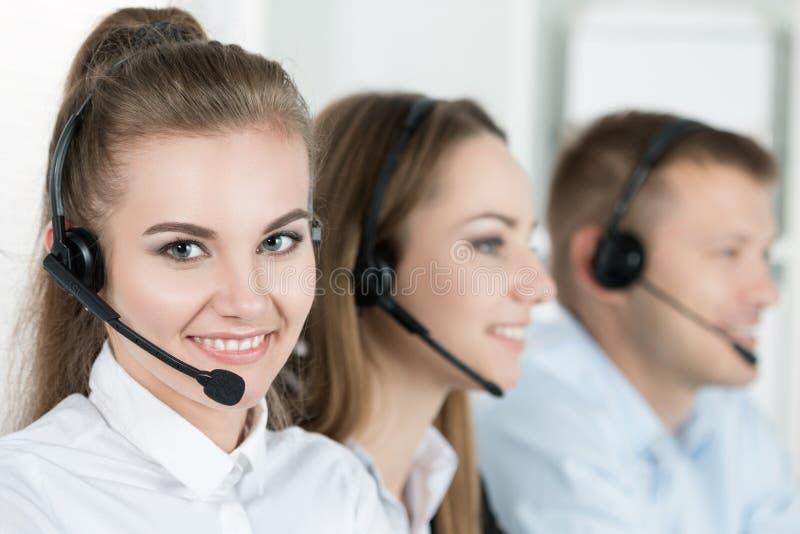Portret van call centrearbeider door haar team wordt begeleid dat royalty-vrije stock fotografie