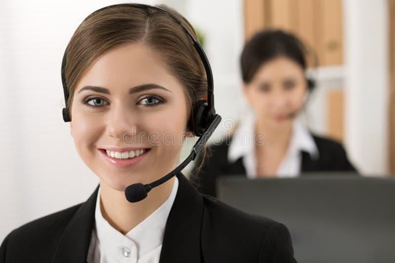 Portret van call centrearbeider door haar team wordt begeleid dat royalty-vrije stock afbeeldingen