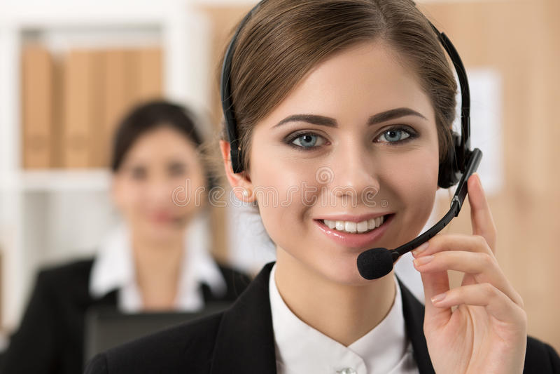 Portret van call centrearbeider door haar team wordt begeleid dat stock fotografie