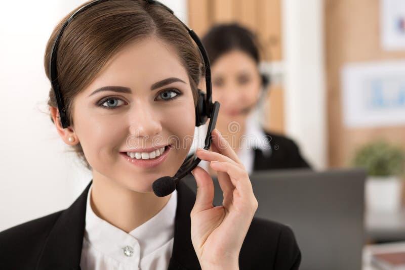 Portret van call centrearbeider door haar team wordt begeleid dat stock foto's
