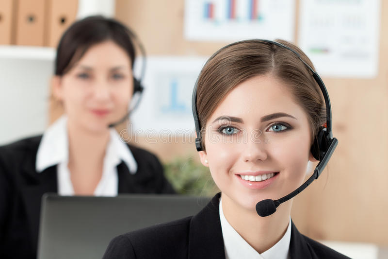 Portret van call centrearbeider door haar team wordt begeleid dat royalty-vrije stock afbeelding