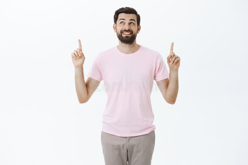 Portret van charmant onbezorgd en verrukt mannelijk model met donkere baard die gelukkig het kijken glimlachen en het genieten be royalty-vrije stock foto