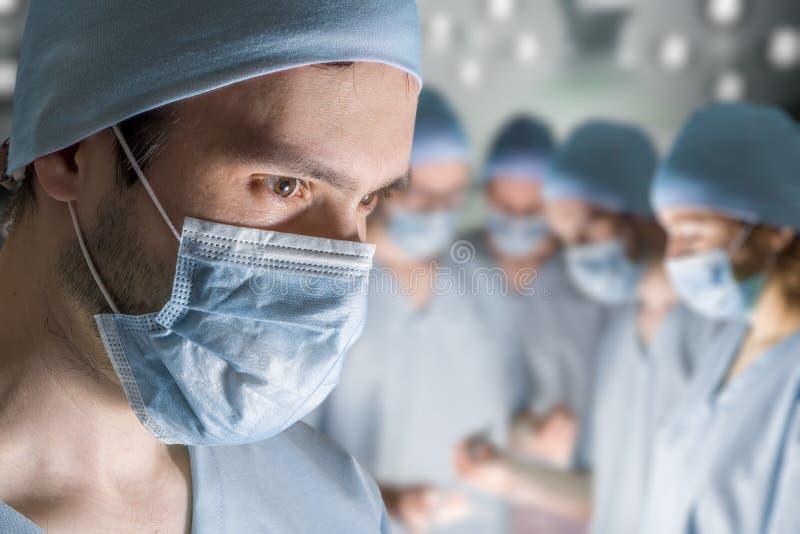 Portret van chirurg tijdens verrichting royalty-vrije stock foto