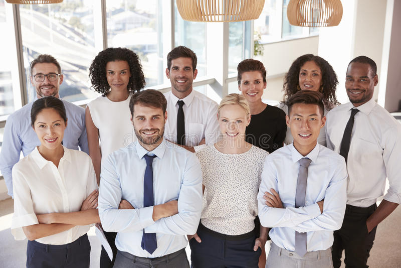 Portret van commercieel team in bureau stock foto's