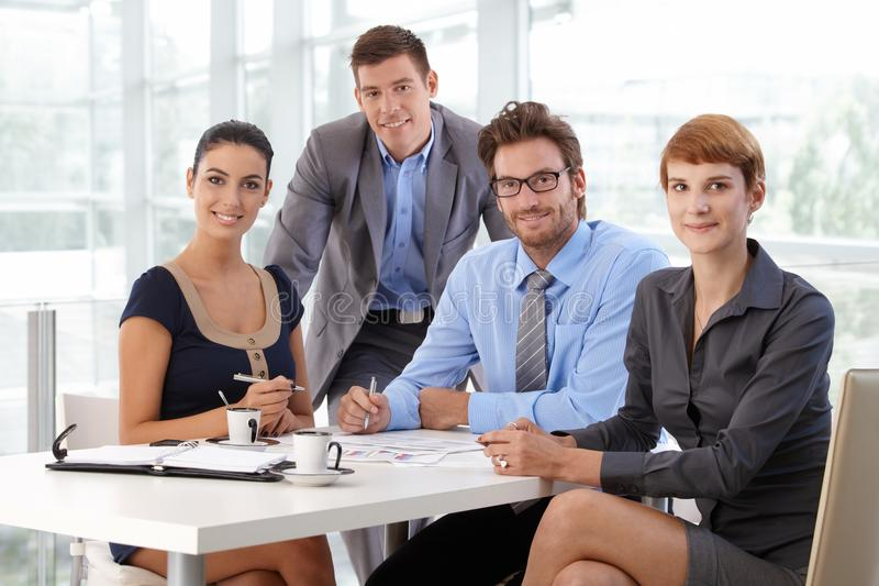 Portret van commercieel team op collectief kantoor royalty-vrije stock foto